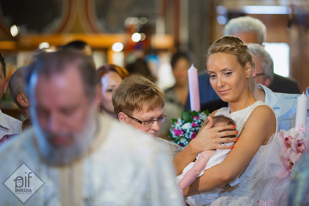 nasa o tine pe alexia in brate in biserica la botez