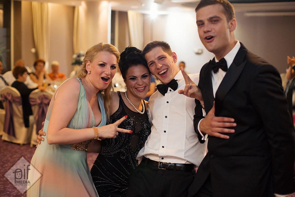 nasii la nunta andreea si marius se fotografiaza cu doi invitati