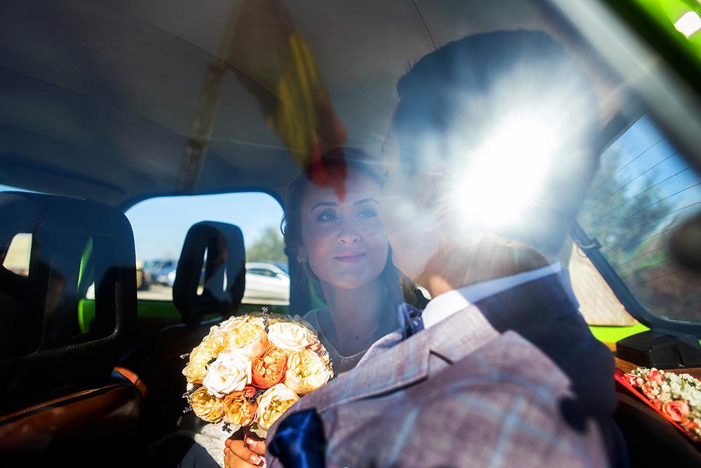 nunta in slatina cu mirele si mireasa in masina