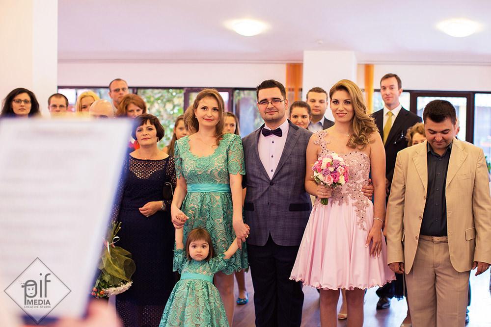 ofiterul de stare civila citeste discursul de oficiere a casatoriei primaria sector 6