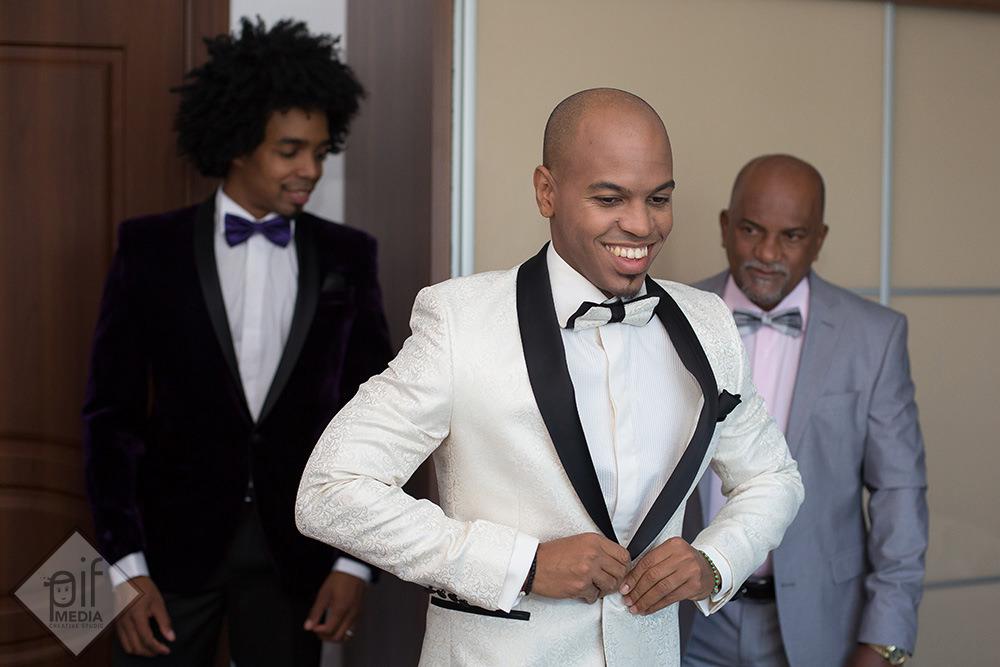 omar isi inchide nasturii sacoului alb de nunta