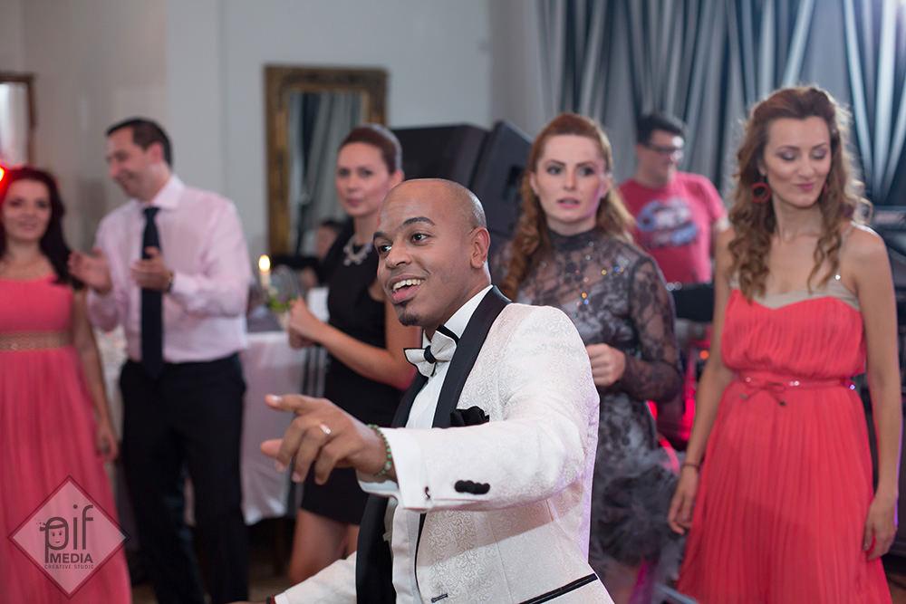 omar mandinga danseaza intre invitati la nunta lui si a roxanei