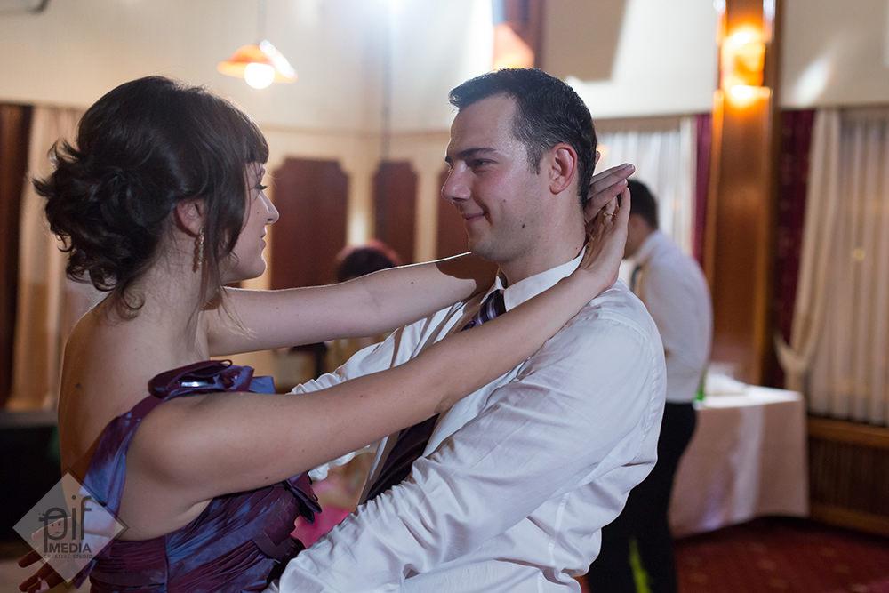 parintii lui alexandru imbratisati danseaza