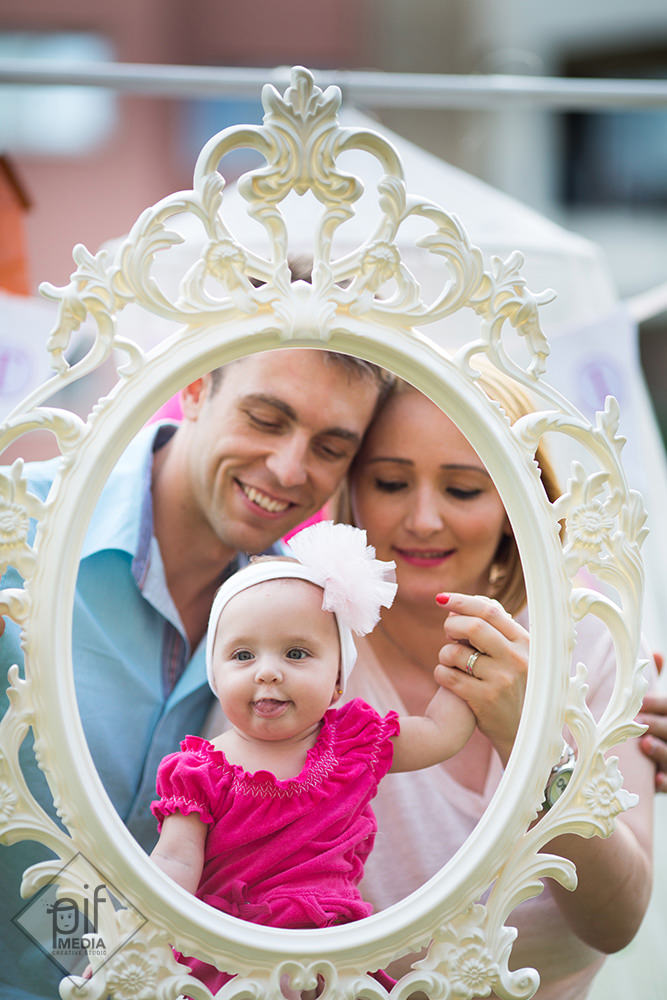 parintii si copilul printr-o rama de oglinda