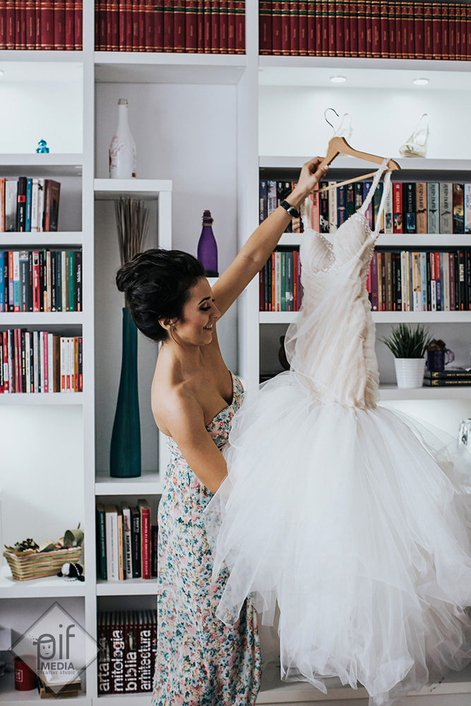 patricia abanas isi aranjeaza rochia de mireasa in ziua nuntii