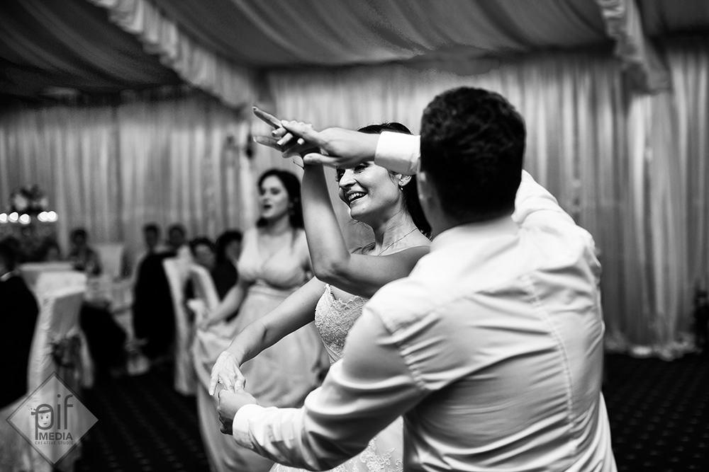 pe mireasa o intoarce un invitat la dans