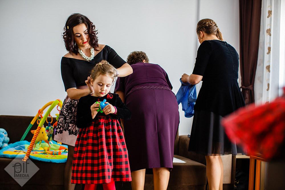 pregatiri de botez nasa aranjeaza parul fetitei