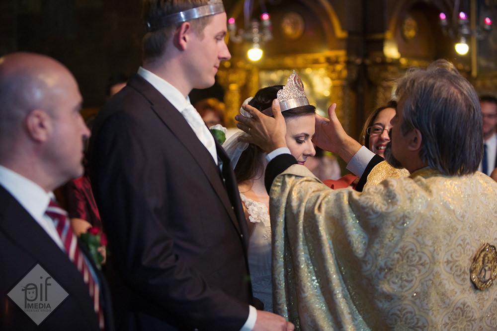 preot cu parul alb aseaza coroana miresei