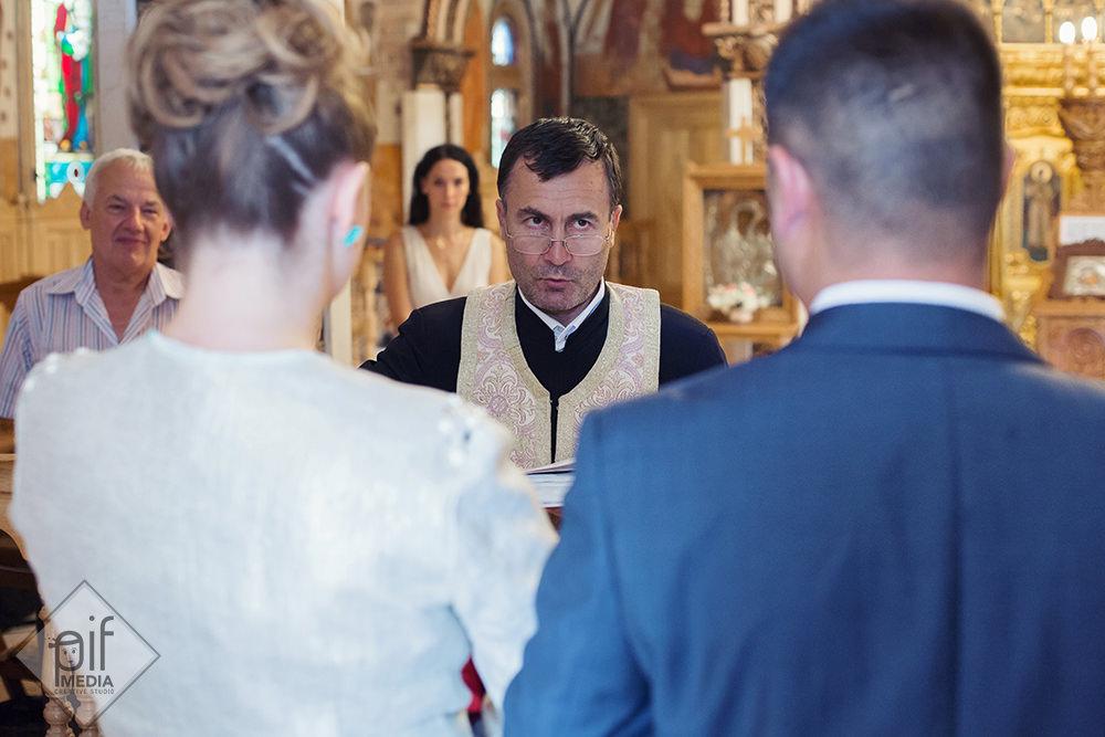 preotul se uita pe deasupra ochelarilor catre nasi