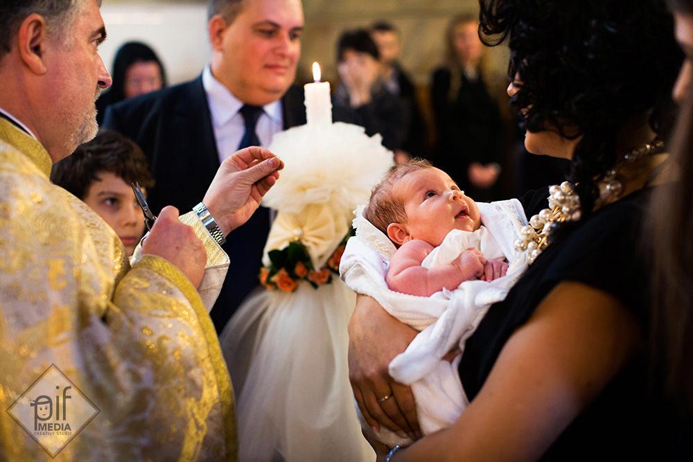 preotul tunde parul mariei la botez