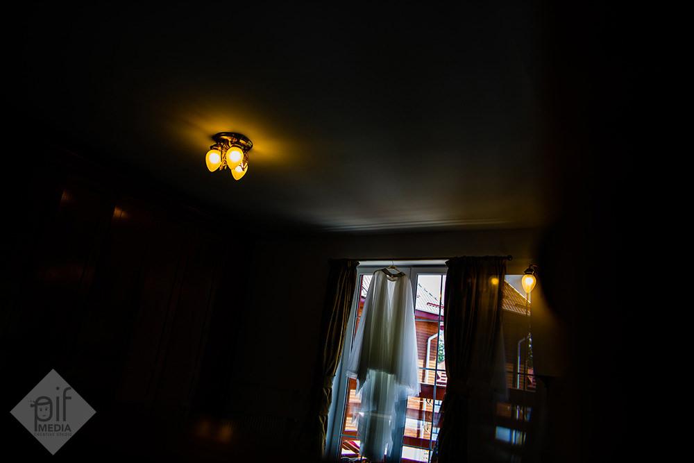 rochia de mireasa agatata de usa de la balcon