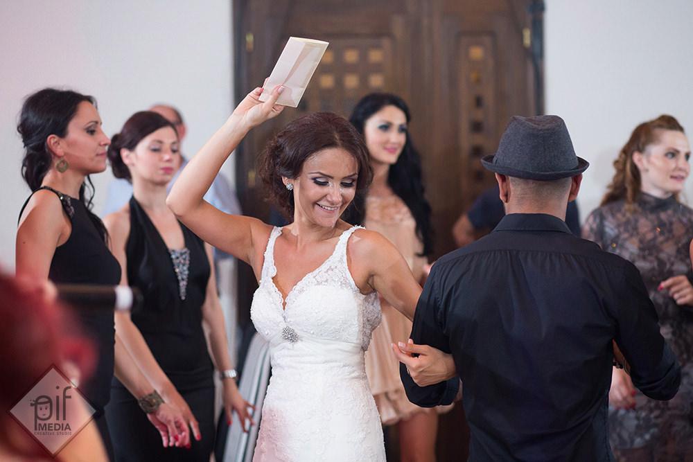roxana danseaza cu un plic in mana
