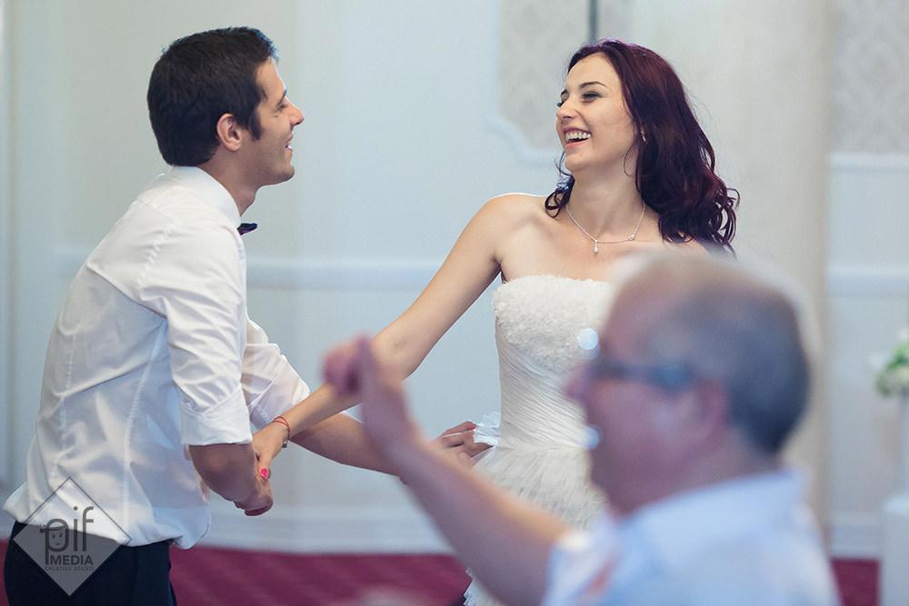 simona si marius danseaza cu energie la nunta lor