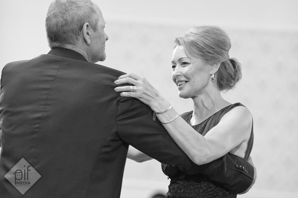 tatal mirelui danseaza cu o femeie blonda