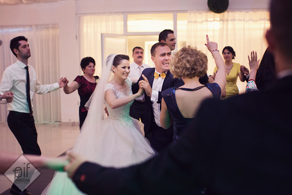 toata lumea se distreaza la petrecerea de la nunta