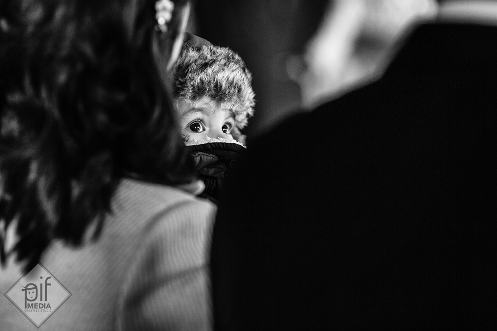 un bebe in biserica imbracat bine si gros