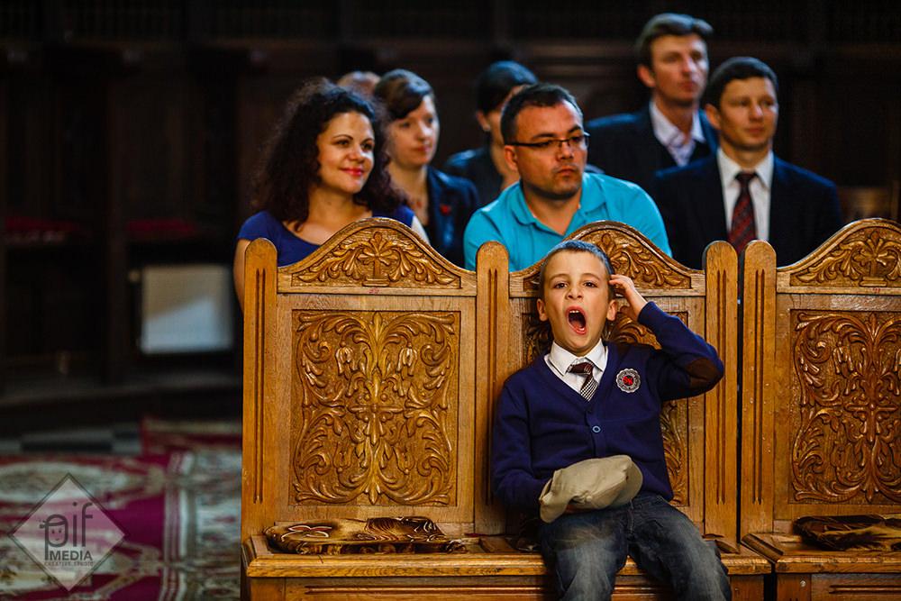 un copil casca in biserica in timpul slujbei de nunta
