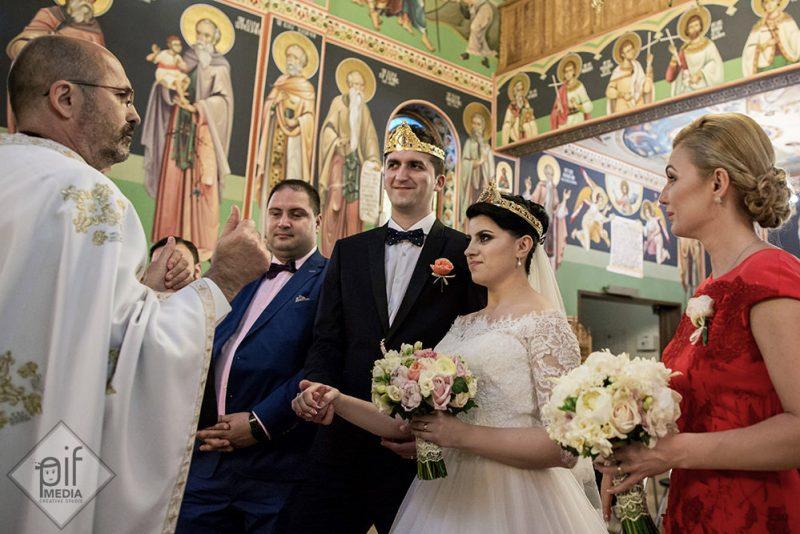 roxana si andrei in fata bisericii dupa cununia religioasa